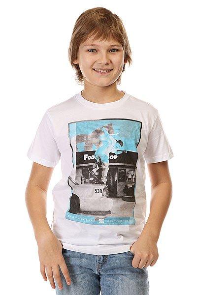 Футболка детская DC Kaliscab Ss By Tees WhiteФутболки и Майки<br>Однотонная детская футболка с  ярким динамичным принтом от DC.Технические характеристики: Мягкая на ощупь ткань.Классический фасон.Короткие рукава.Динамичный принт на груди.<br><br>Размер EU: 10yrs<br>Размер EU: 12yrs<br>Размер EU: 14yrs<br>Размер EU: 16yrs<br>Цвет: белый<br>Тип: Футболка<br>Возраст: Детский